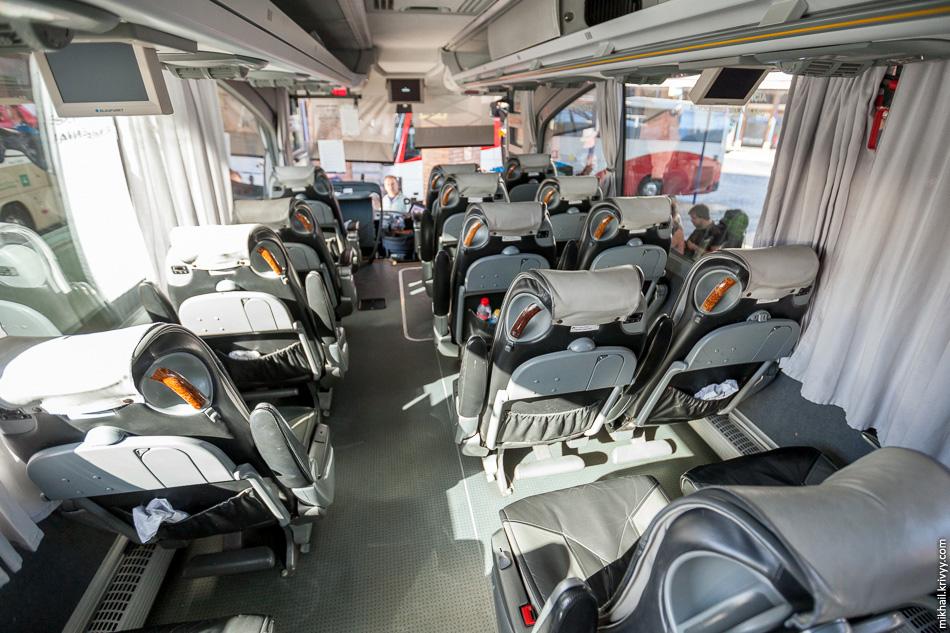 А вот и сам автобус Гранада - Малага. Время в пути 2.5 часа, а на борту кормят, как в самолете., хлебушек и водичка.