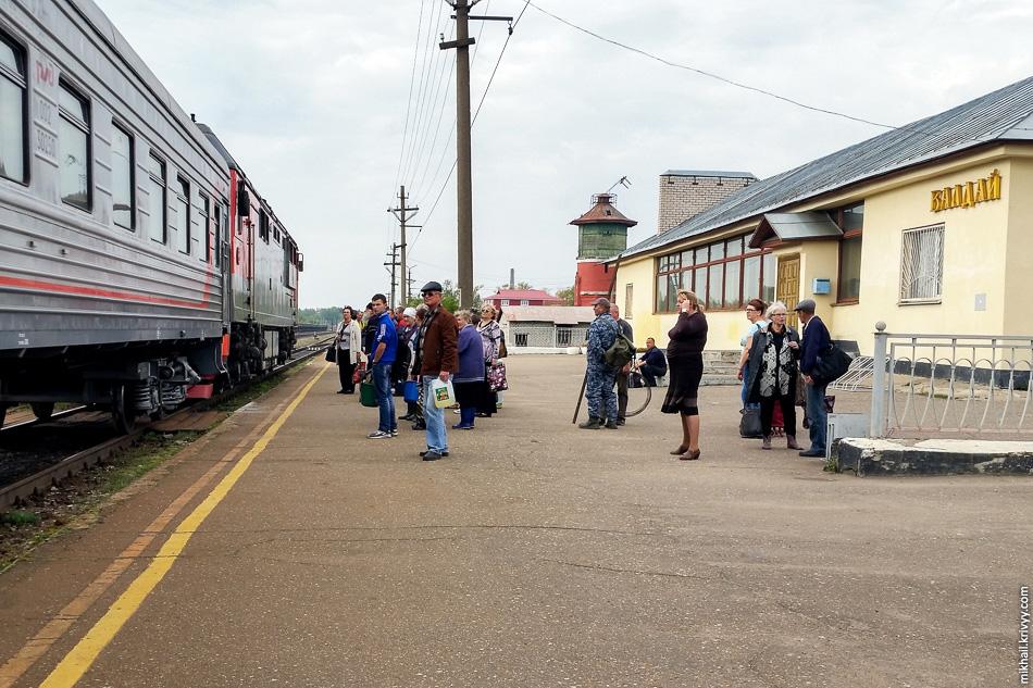 Посадка в поезд на вокзале Валдая.
