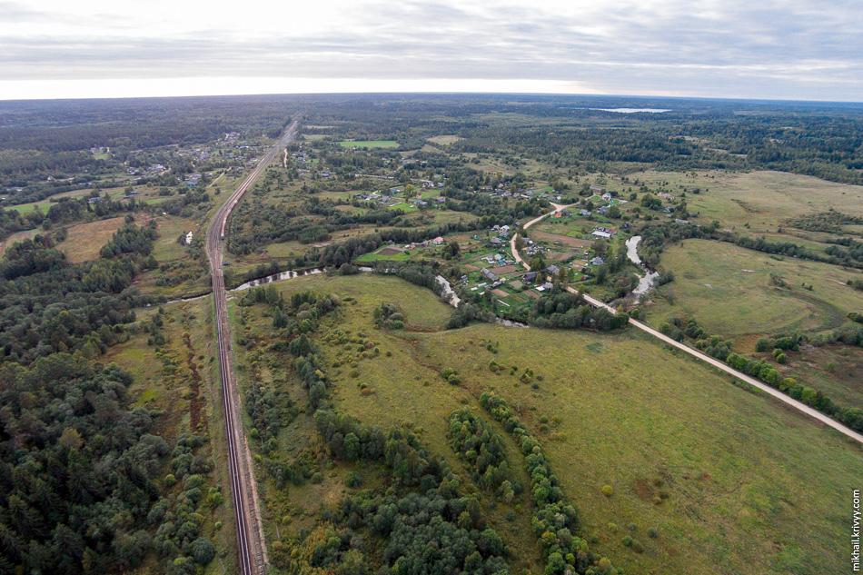 Деревни Дворец (слева от ЖД) и Аксентьево (справа от ЖД). С этого места начинаются маршруты водного туризма на Поломети.