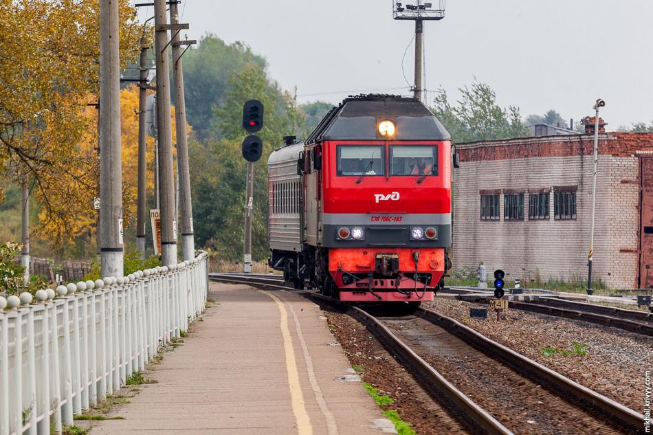 Поезд Бологое - Старая Русса прибывает на станцию Валдай.
