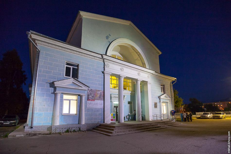Вокзал в Старой Руссе. Сталинский ампир, построен в 1955 году. Вокзал симметричный, есть версия, что платформы и железнодорожные пути должны были быть с обоих сторон от здания вокзала.