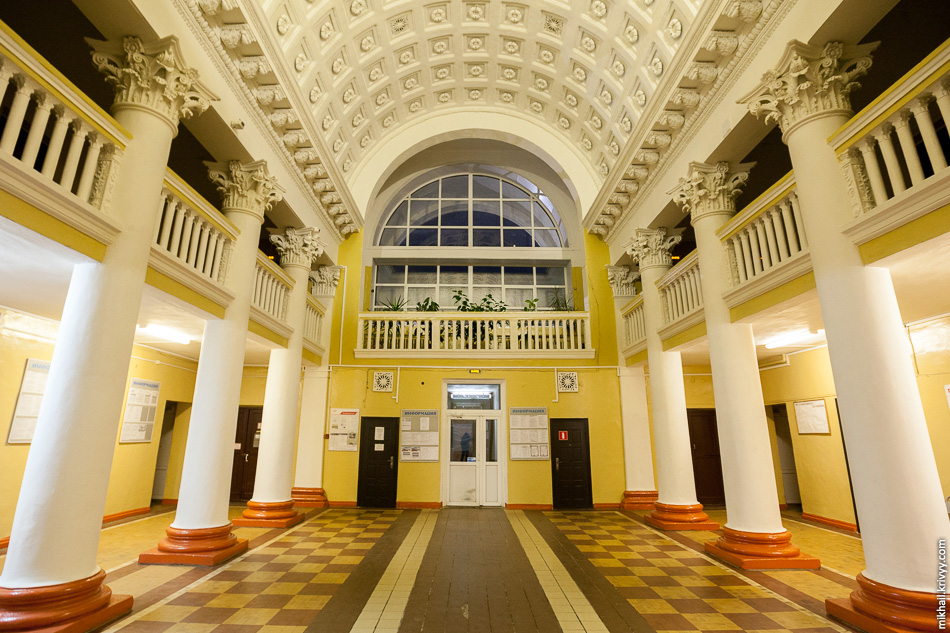 Кассовый зал с балконами. Вообще, вокзал Старой Руссы заслуживает отдельной публикации.