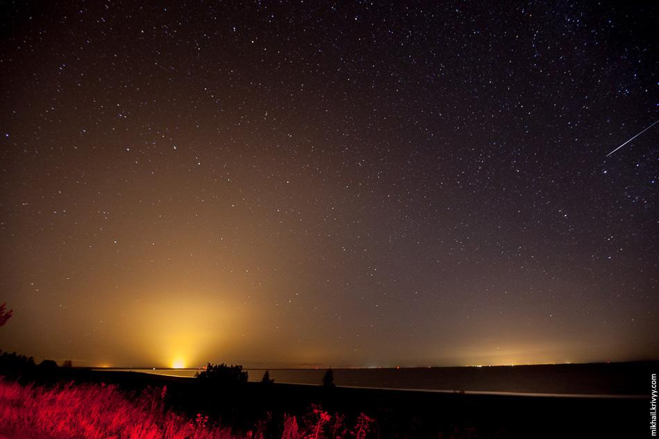 Ильмень. Слева засветка от теплиц в Лесной, справа засветка от Новгорода.