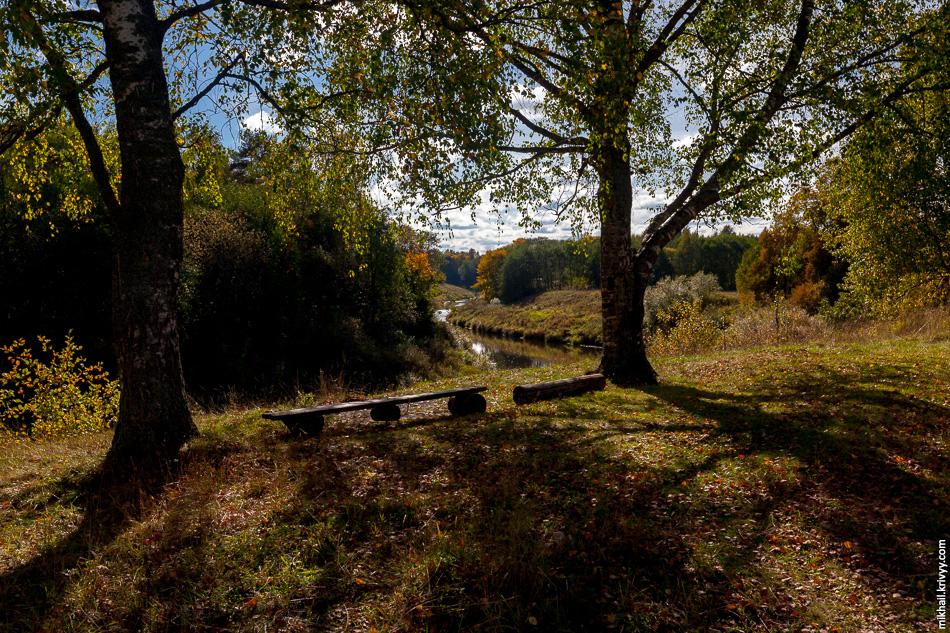 Деревни в этих местах классические, без заборов из профлиста и с лавочками у реки.