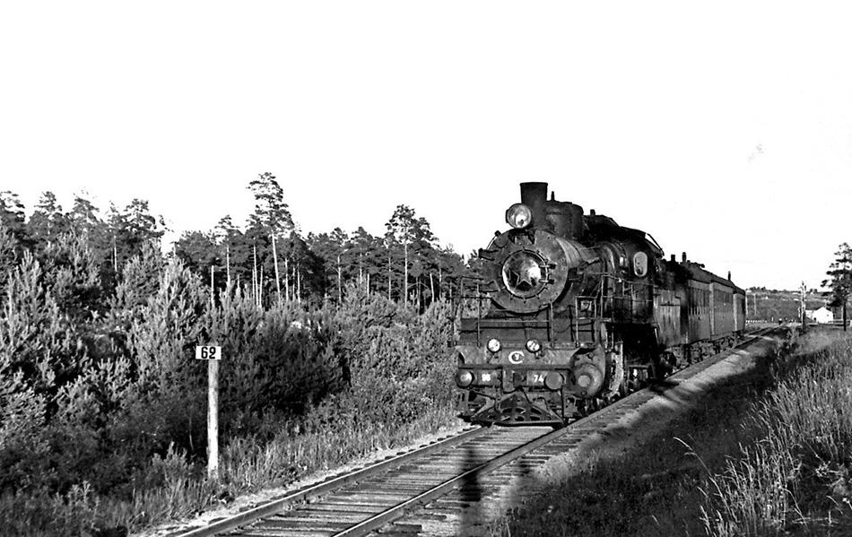 Паровоз Су96-74 с пригородным поездом, Любытино. Скорее всего паровоз был приписан к депо Малая Вишера, из оборотного депо Окуловка. Такие же работали и на этой линии. Автор фото Сергей Антонов, лето 1963 года.