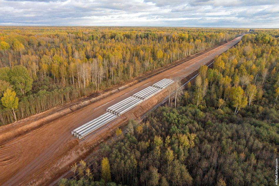 Переместимся на 500 метров в сторону Москвы. Начинается лес и будущая автомагистраль выглядит вот так.