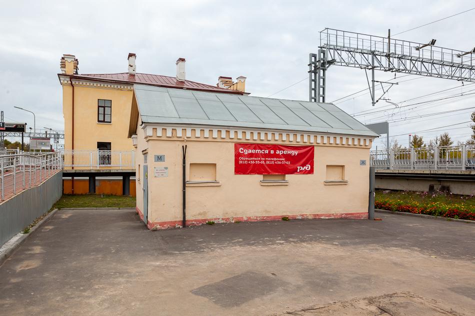 """Туалет. Внутри тоже сделали ремонт. А ведь был когда-то """"не хуже"""" того, что на автовокзале в Крестцах. Тем не менее, туалет платный, горячей воды нет и туалетная бумага у кассира."""