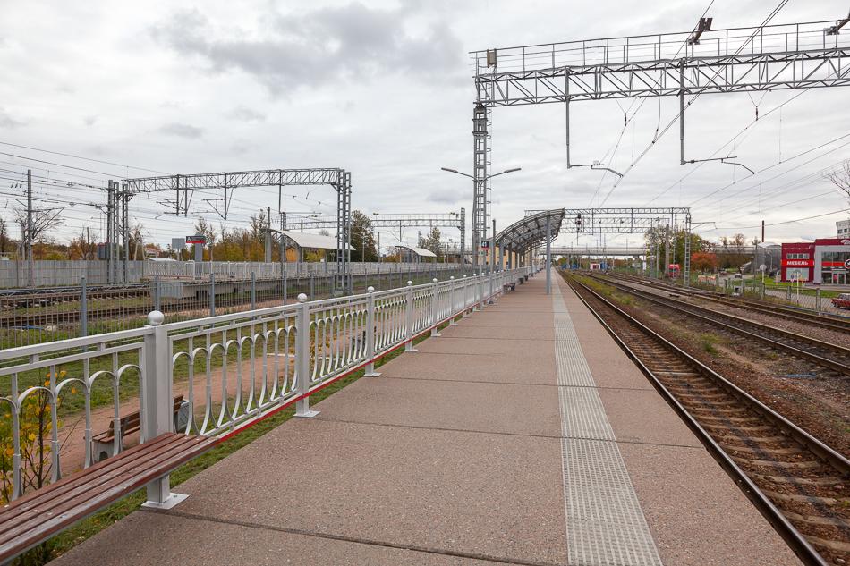 """Платформу №3 подняли уже достаточно давно. Теперь же, во время реконструкции, ее еще и удлинили. На этой платформе останавливаются """"Ласточки"""" из Великого Новгорода."""