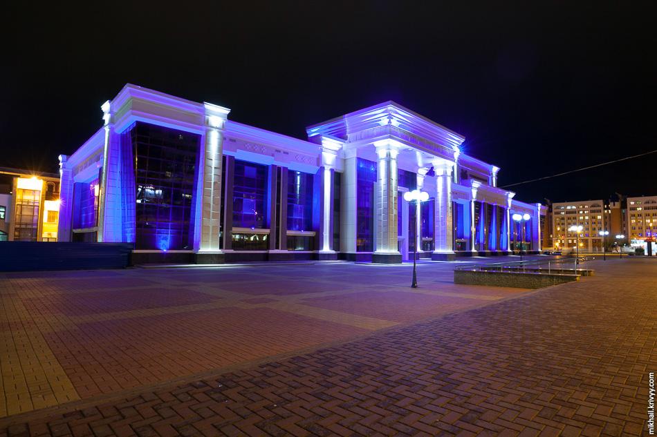 Мордовская государственная филармония. Раньше это было здание Дворца культуры профсоюзов. Саранчане гордятся красивой подсветкой города. На самом деле, она, по большей части, безвкусна и ужасна.