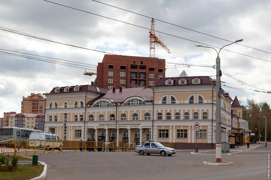 В этом здании расположены Бизнес-инкубатор и Торгово-промышленная палата Мордовии. Как и все остальные здания, это новодел.