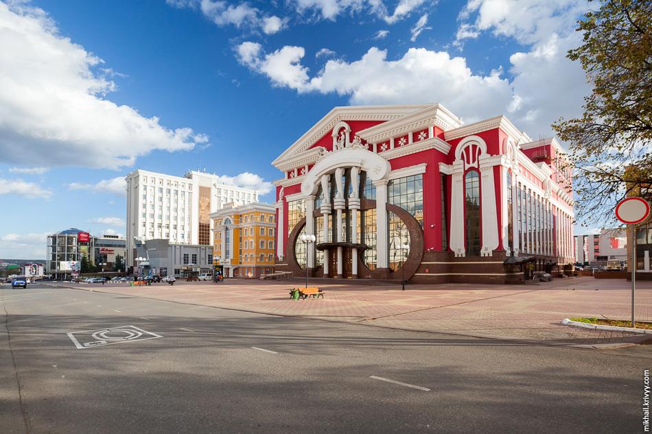 Государственный музыкальный театр им. И. М. Яушева. Здание 2011 года постройки окрашено в цвета национального флага республики Мордовия.