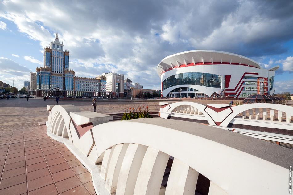 В Саранске очень много спортивных сооружений. На фото универсальный спортивный зал «Арена Мордовия». Строительство вышло на финишную прямую. Рядом с ним, на площади Тысячелетия, большой цветомузыкальный фонтан. К сожалению, он уже не работал.
