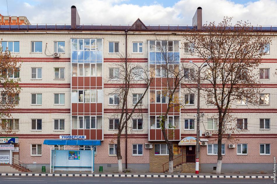 Вообще, в центральной части Саранска, большое количество фасадов старых домов приведено в порядок. Единое остекление, покраска, штукатурка, ремонт крыши.