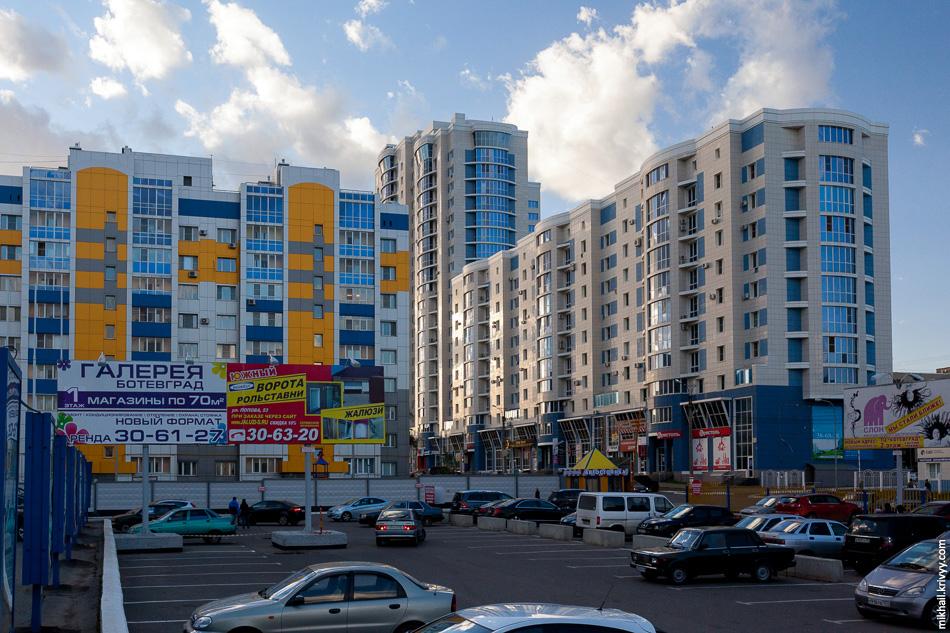 """Справа ЖК""""Евгений Онегин"""", самое высокое здание Саранска. Слева синий, оранжевый и серый, все как полагается."""
