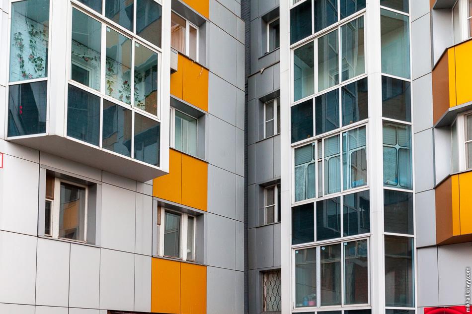Кирпичный дом обшили алюминиевыми композитными панелями, а балконы застеклили прямо поверх старого остекления.