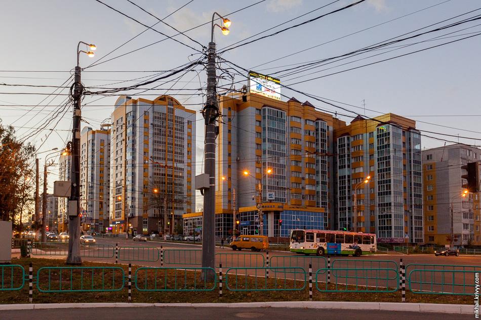 Кстати, про светофоры. В Саранске работает система видеофиксации нарушений правил дорожного движения. Схема та же, что и в Великом Новгороде. Систему развернул Ростелеком и сдает муниципалитету в аренду. Выглядит также ужасно, как и у нас.