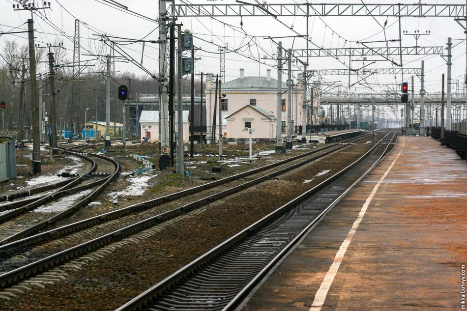 А вот так выглядел чудовский вокзал в 2007 году. На фото еще старый надземный переход. Фото с платформы №2 в сторону Санкт-Петербурга.