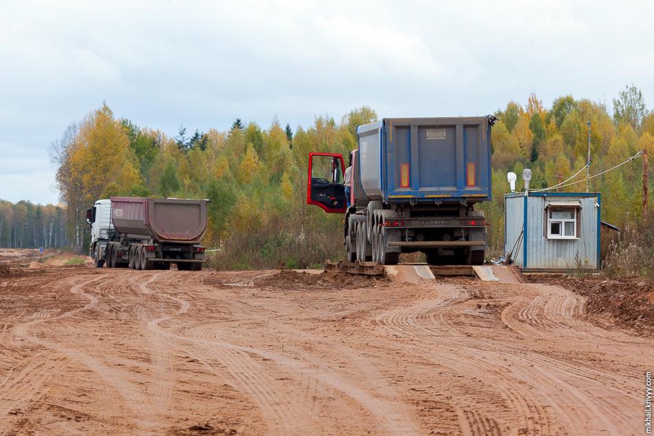 Взвешивают приходящий песок. Активно работают тонары спецстроя (с черным номерами). Раньше я их тут не замечал.