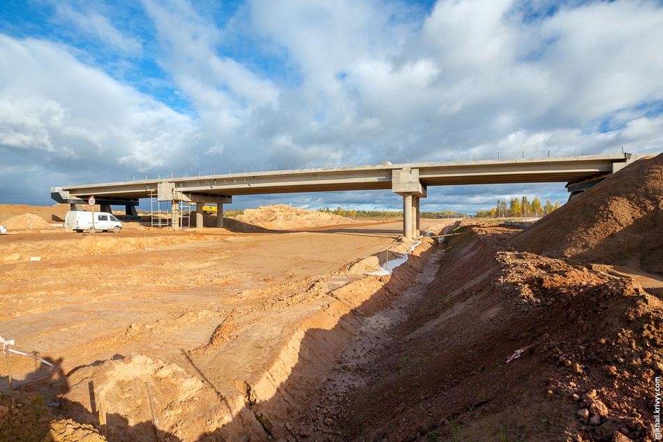 Развернемся в сторону Москвы. Тут строят путепровод на пересечении с автодорогой Новоселицы - Папоротно. Схема развязки была в одной из предыдущих публикаций.