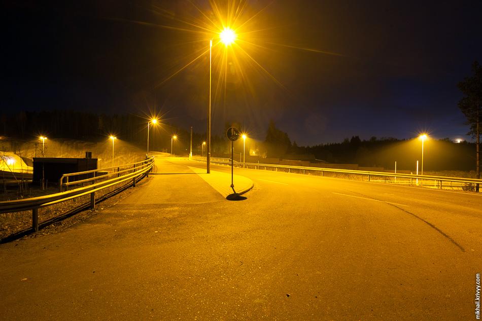 Развязки освещены не только по ходу автомагистрали, но и по ходу второстепенных дорог.
