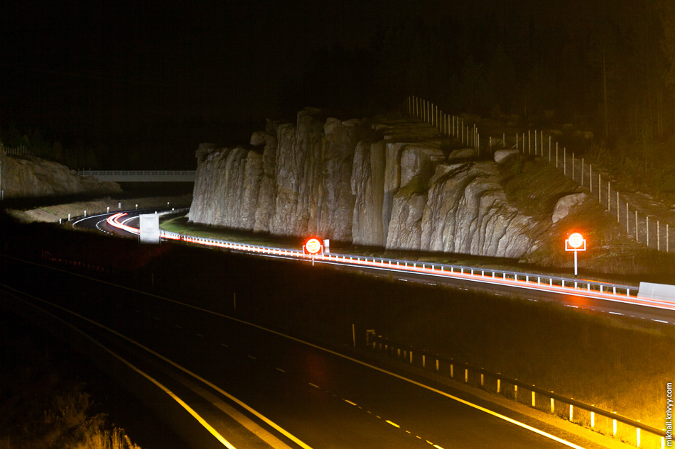 Но в целом, автомагистраль не освещена. Но разметка и столбики отлично отражают свет фар.