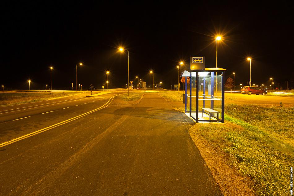А вот так выглядит остановка в темное время суток.