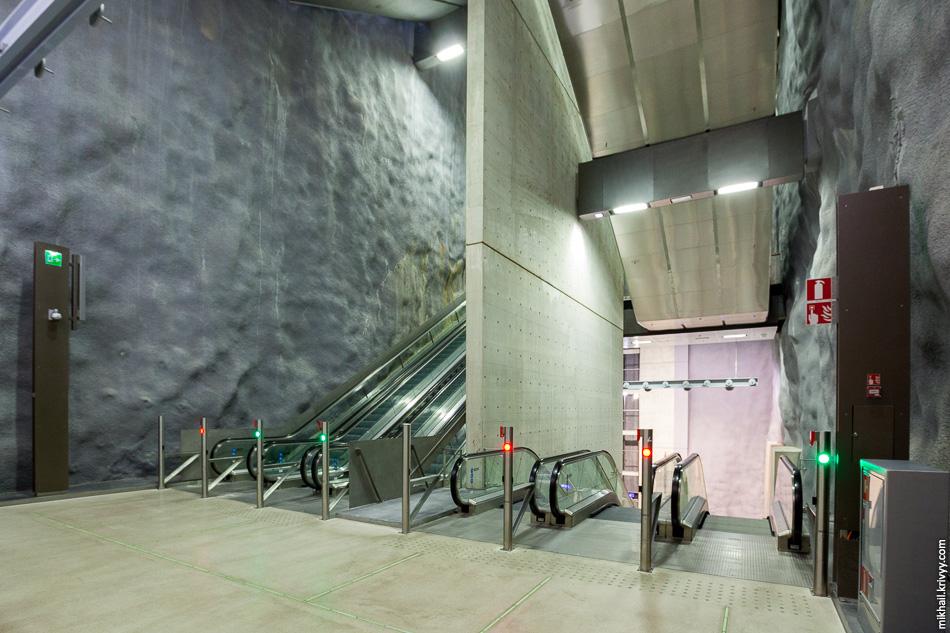 Вместо привычного нам длинного эскалатора тут сооружена целая система напоминающая обычную лестницу в подъезде.
