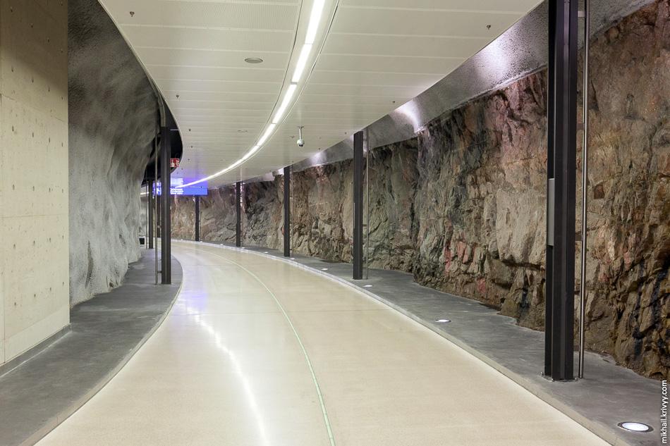 После эскалаторов нужно пройти по тоннелю.