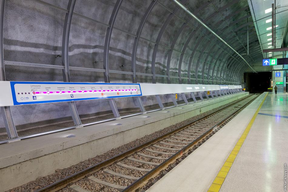 Станция односводчатая. Длина платформы 220 метров.