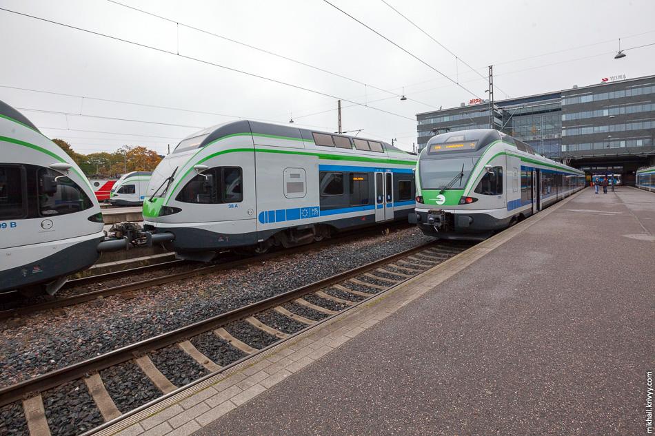 Городские электрички JKOY Sm5-02, Sm5-38 и Sm5-39 на центральном вокзале Хельсинки.
