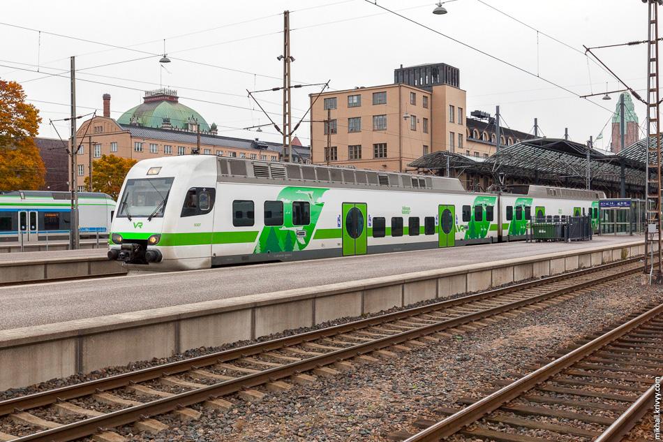 Раз уж на вокзале. Это пригородный поезд Sm4 производства испанской компании CAF. Всего два вагон, 192 места и 160 км/ч. Малые поезда - малые интервалы движения.