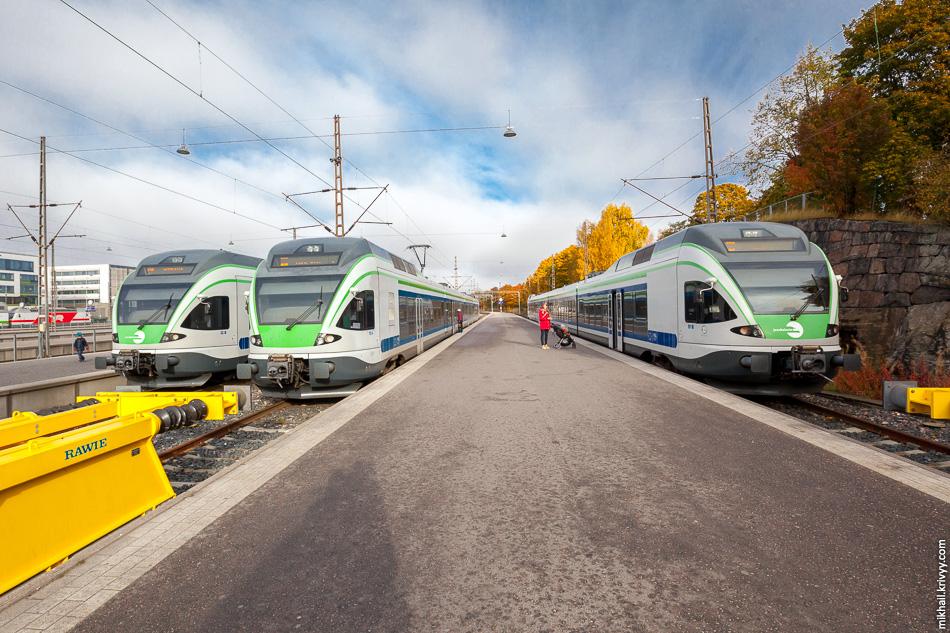 Платформы 1-3. Отсюда поезда отправляются по кольцевой железной дороге (маршрут I) и в город Керава (маршрут K).