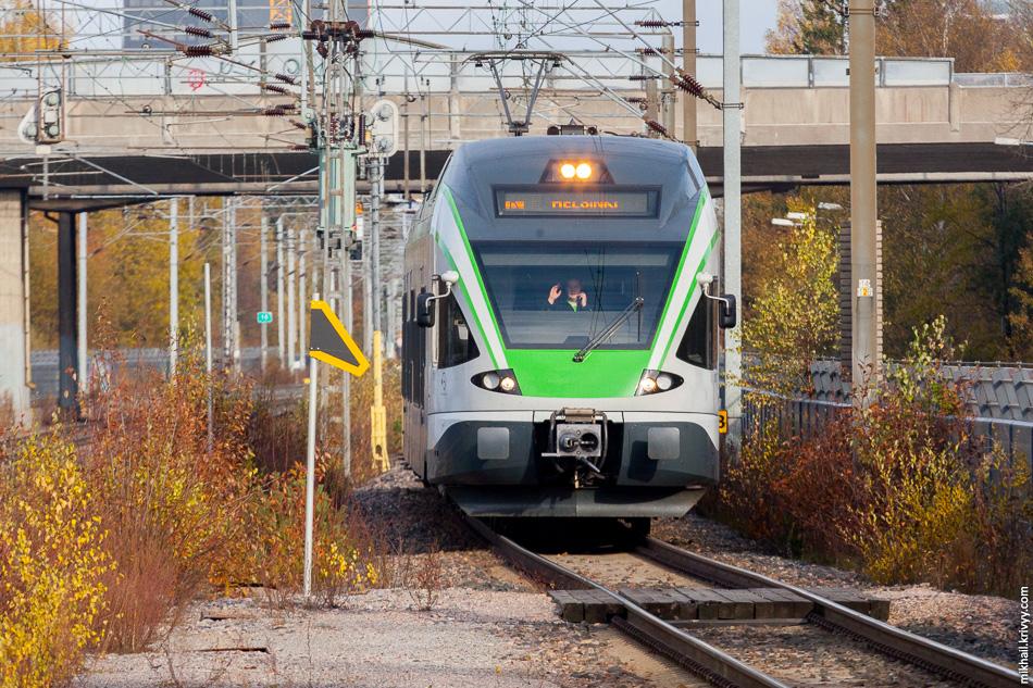 Электропоезд JKOY Sm5-30 с приветом от машиниста. Станция Puistolan asema.