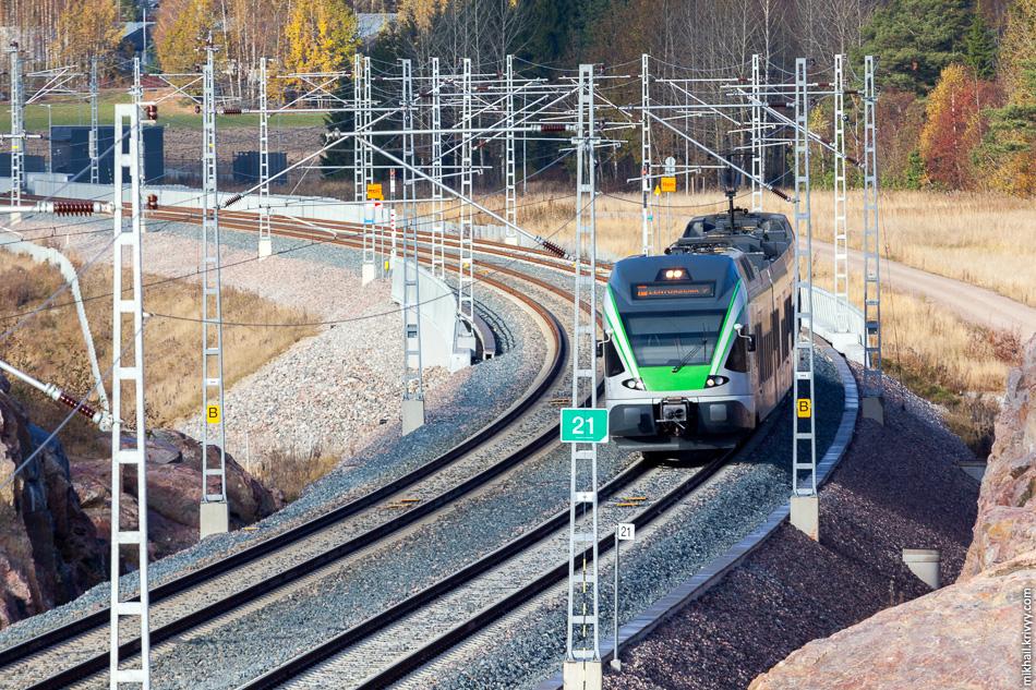 Электропоезд JKOY Class Sm5-30 следующий от станции Kivistön Asema в сторону станции Aviapolis. Kehärata.