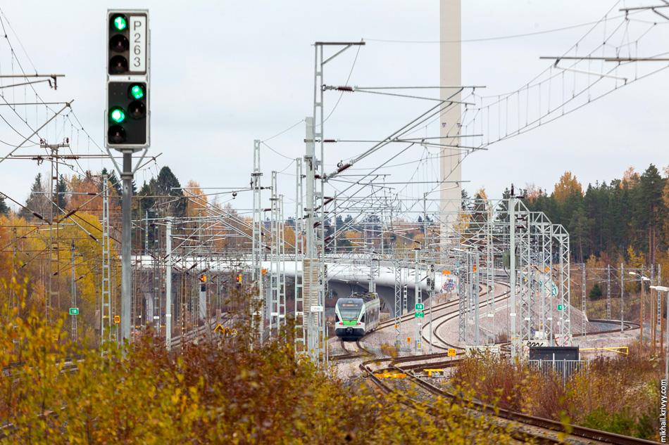 В этом месте поезд уходит с основной линии Хельсинки - Керава - Лахти в сторону аэропорта.