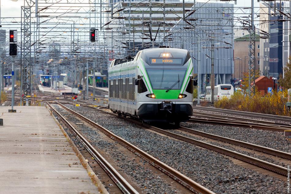 Электропоезд JKOY Sm5-33. Станция Hiekkaharju. На самом деле, к кольцевой железной дороге он не имеет никакого отношения. Поезда маршрут K идут в город Kerava.