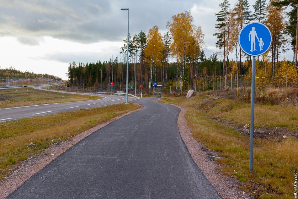 А вот на этой остановке, в 50 метрах от предыдущей, останавливаются междугородние автобусы идущие по автомагистрали.