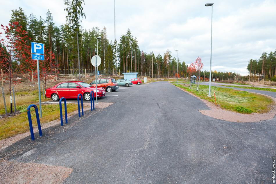 Между остановками расположена перехватывающая парковка для автомобилей и велосипедов. Вы можете приехать со своего хутора на велосипеде и, например, сесть в автобус Котка - Хельсинки.