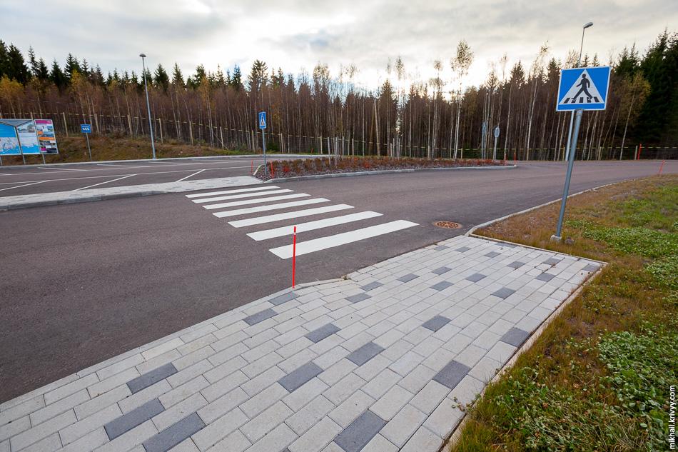 Аккуратно уложенная плитка и никаких бордюров на пешеходных переходах.