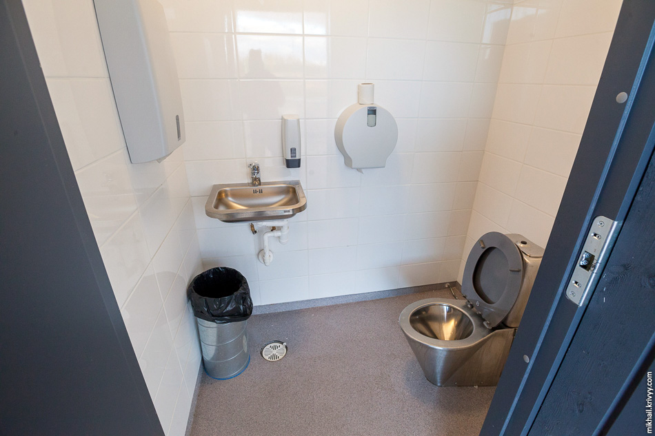 Выглядит вот так. Внутри чисто и не воняет. Привет туалетам на обходе Волочка.