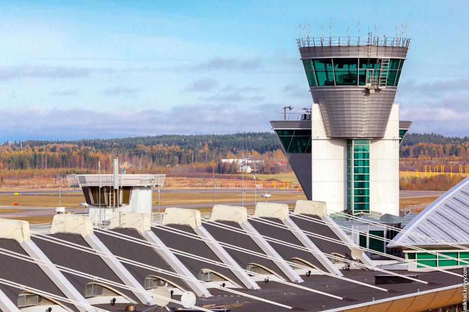 Вид со смотрового балкона в сторону второго терминала и командно-диспетчерского пункта.
