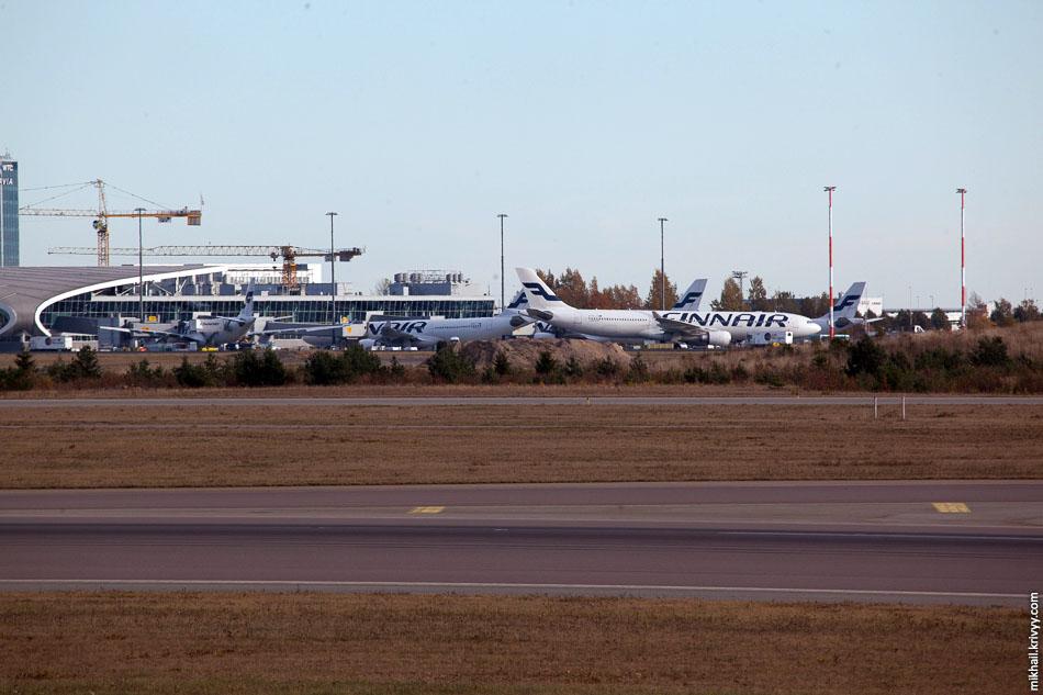 Вдалеке, у терминала, тусовка A330 и A340. Там международный терминал. Основные направления Япония и Китай.