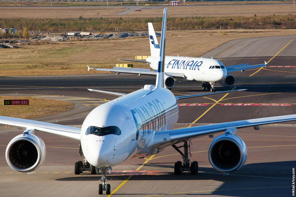 Finnair, Airbus A350, OH-LWA; Finnair, Airbus A320, OH-LXK.