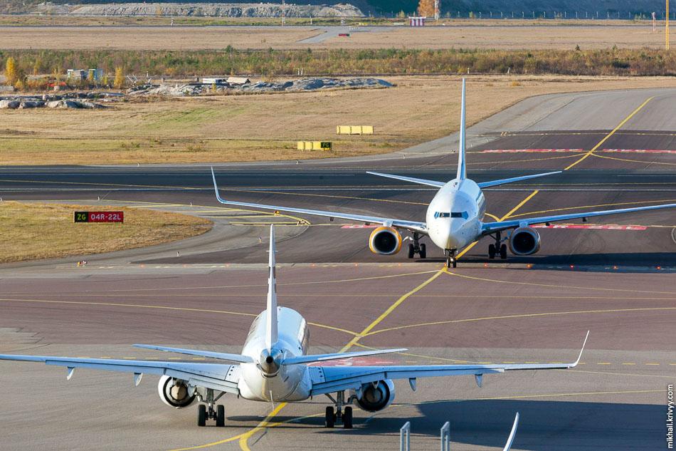JetTime, Boeing 737, OH-JTV; Finnair Embraer 190, OH-LKO.