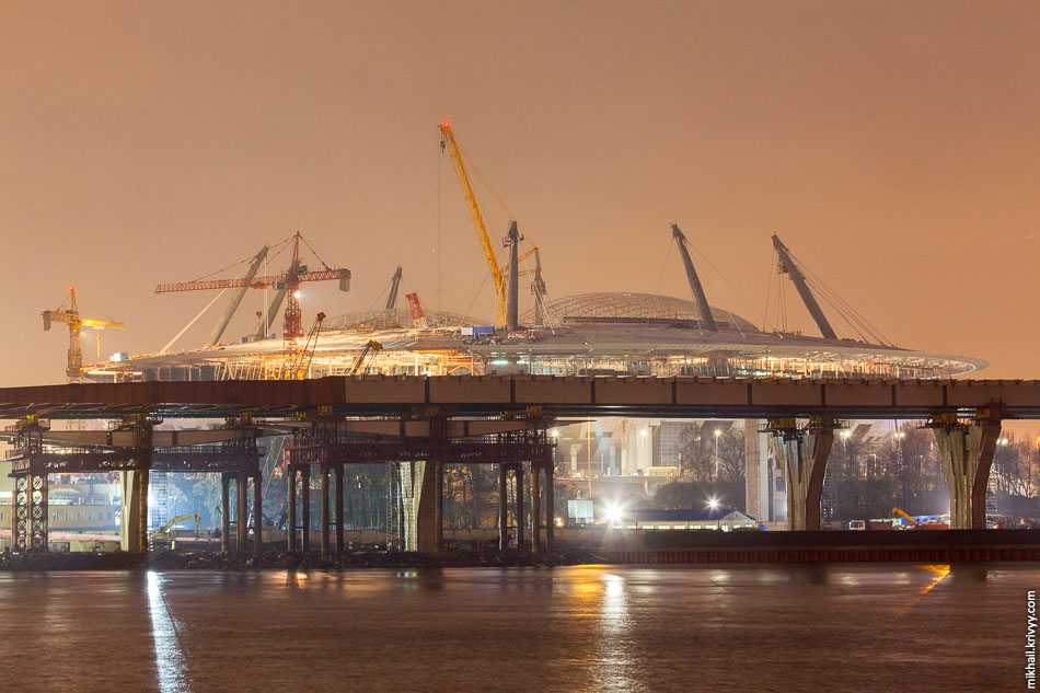 Надвижка в кривой? Первый раз такое вижу. За эстакадой строящийся футбольный стадион «Санкт-Петербург».