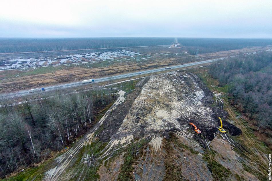 """Пересечение М10 """"Россия"""" и платной автомагистрали М11. Вид в сторону Москвы. На месте озера-болота должен будет появиться пункт взимания платежей."""