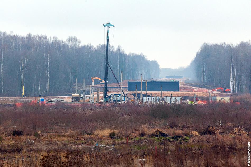 Вид с М10 в сторону Москвы. Раньше граница этапов проходила перед черным путепроводом. Сейчас она перенесена ближе к Санкт-Петербургу и все что в кадре теперь шестой этап.