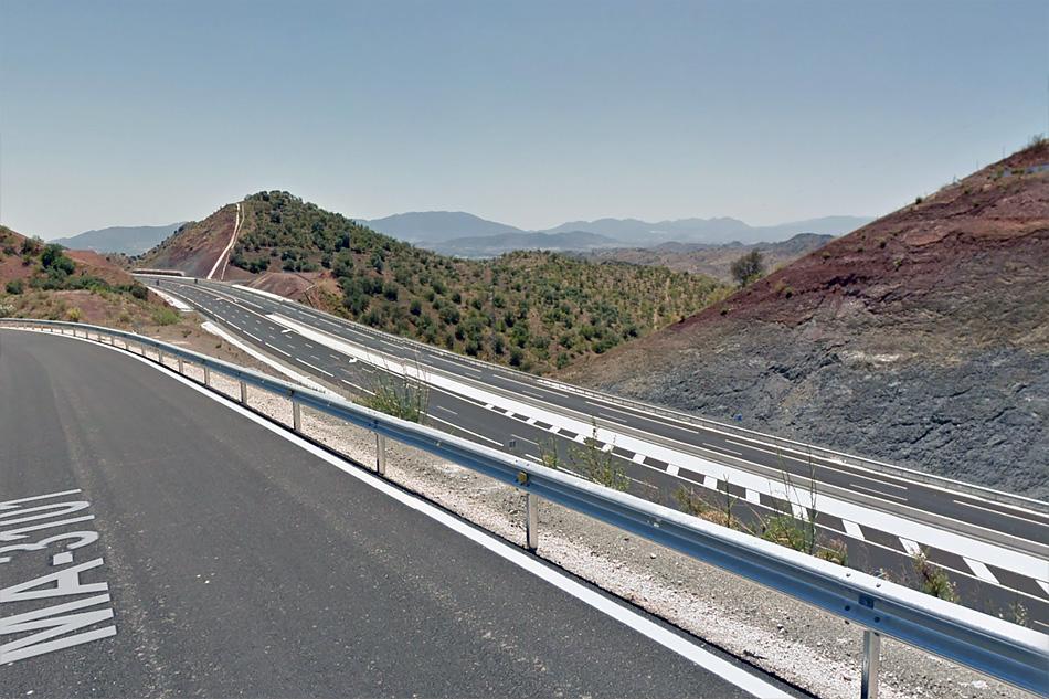 И после нескольких больших виадуков и двух тоннелей в начале автомагистрали оставшиеся участки не впечатляют.