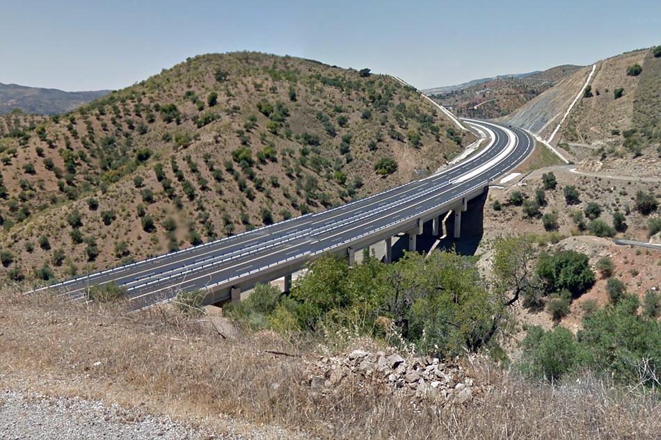 После тоннеля начинается плавный спуск к побережье Средиземного моря.