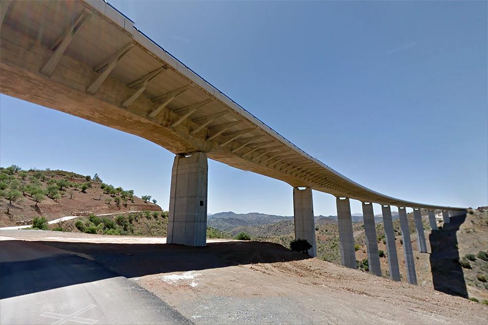 Один из множества виадуков платной автомагистрали AP-46. Autopista del Guadalmedina.